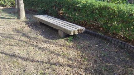 壊れたベンチ