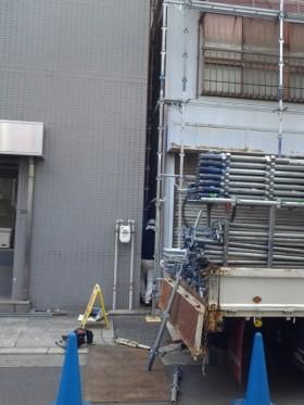 九条営業所の近くの工事現場 お隣とのすき間で