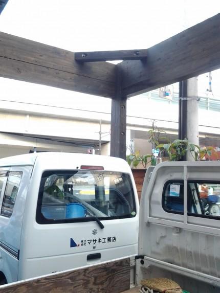 西区の工務店の駐車場の柱